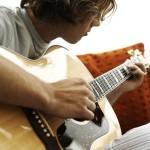 Tocar guitarra pode fazer mal a coluna?